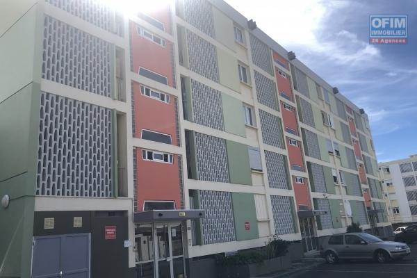 A louer T3 avec terrasse et place de parking en ville de Saint Denis, résidence Paille en Queue, rue Jacob