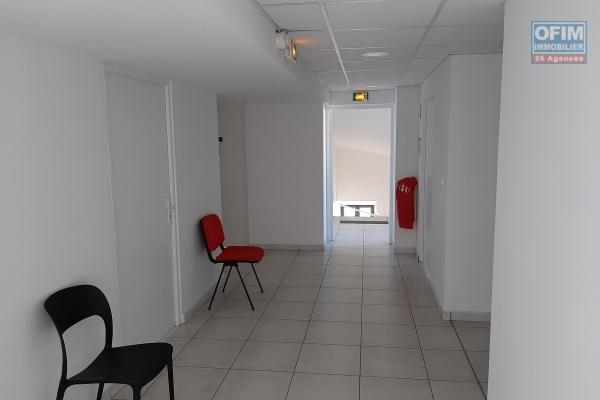 A Louer en centre ville de Saint Denis plusieurs locaux neufs ,tous aménagés, destinés aux professions médicales