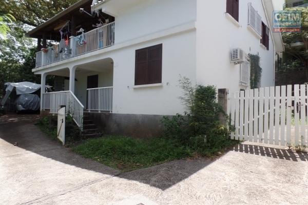 Appartement T4 de 77.70 m² + 17.17 m² de terrasse, jardin privatif de 160 m² avec deux places de parking plein centre ville des Avirons.