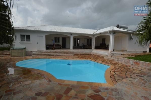 ofim vous propose à la vente cette magnifique villa F7, d'environ 196 m2 habitable, construite en 2004, sur un très beau terrain plat de 883 m2, avec une piscine et sa belle plage, dans une impasse au calme, à saint andré.