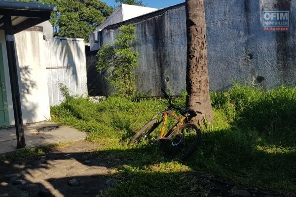 Maison jumelée de 58,66 m² totalement à refaire ou à détruire, implantée sur 290 m² de terrain en bord de ravine à 200 m de l'avenue Raymond Barre.