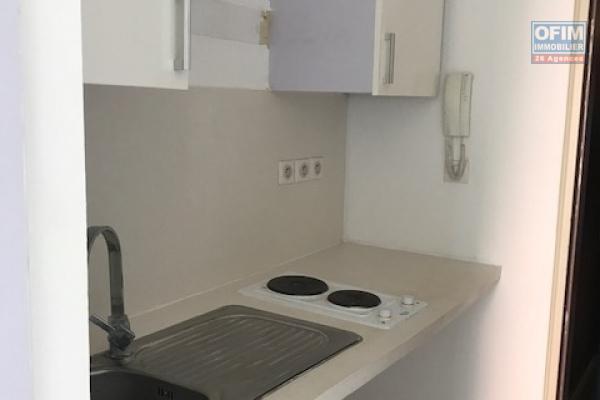 A louer cet appartement de type F1 sur la résidence PROXIMA au pied de la faculté à Sainte Clotilde.
