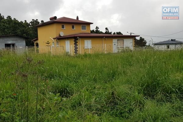Dans secteur résidentiel Les Makes terrain plat 1 015 m2 très agréable, situé a proximité de toutes commodités