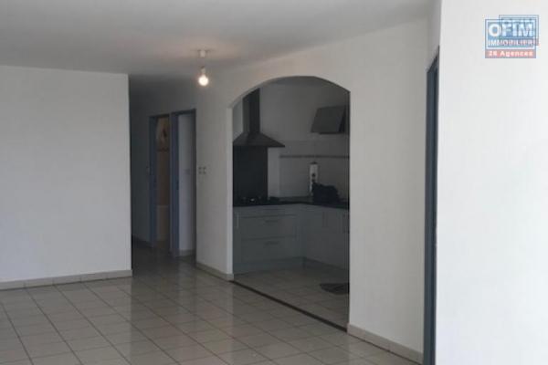 A louer un appartement T4 avec terrasse et 2 places de parking à Saint Denis - Secteur Vauban - Résidence Athénas