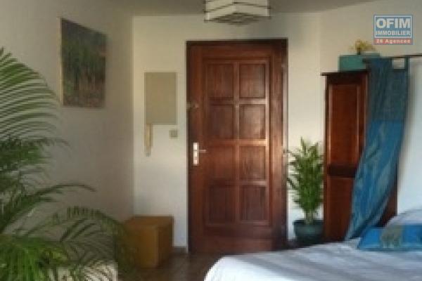 A louer cet appartement de type F1 sur la résidence ANAXAGORE à Champ Fleuri Sainte Clotilde.