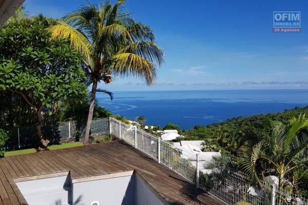 A vendre belle maison de type 4 avec piscine et vue mer à la possession .