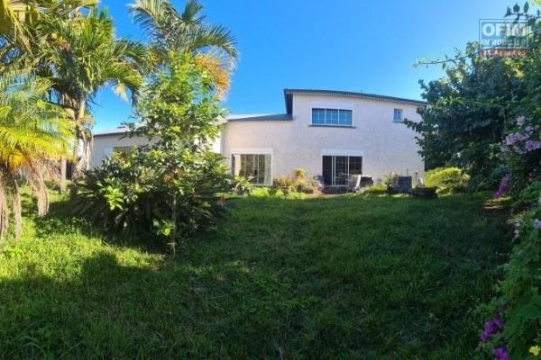 EXCEPTIONNEL !!   A vendre grande et magnifique villa avec gros potentiel d'environ 177 m² sur un terrain d'environ 1120 m² à la Ravine des cabris