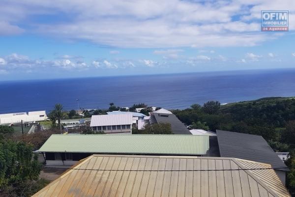 Appartement T3 de 67,56 m² au sol, situé au deuxième et dernier étage d'une petite résidence avec vue montagne et mer imprenable