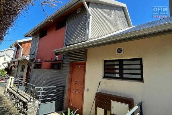 A vendre appartement de type 3 en duplex dans résidence avec piscine à la saline les bains.
