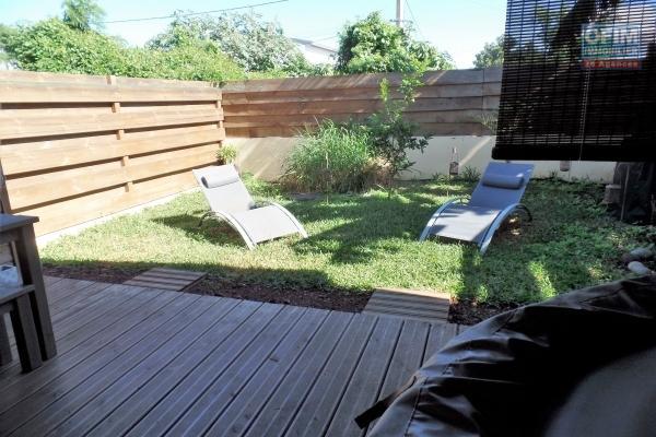 Jolie maison bois récente F4 jumelée en R+1 de 110 m² avec garage, varangue, jardin, vue montagne.