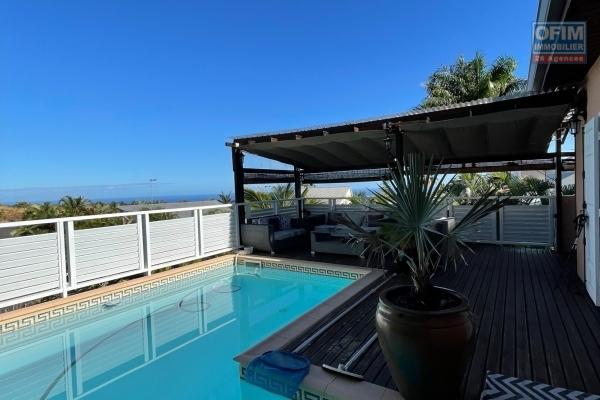 A vendre belle villa de type 7 avec piscine et vue mer à l'éperon st gilles les hauts.