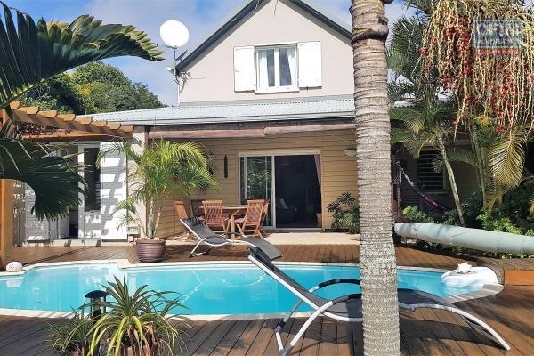 Belle maison F7 avec 2 varangues, piscine implantée sur 607 m² de terrain plat en bordure de ravine et en impasse à 300 m d'altitude.