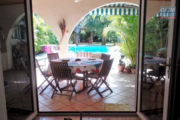 Grande propriété F4+ à Etang Salé Les Bains implantée sur 1138 m² de terrain avec une grande piscine en bordure de foret.