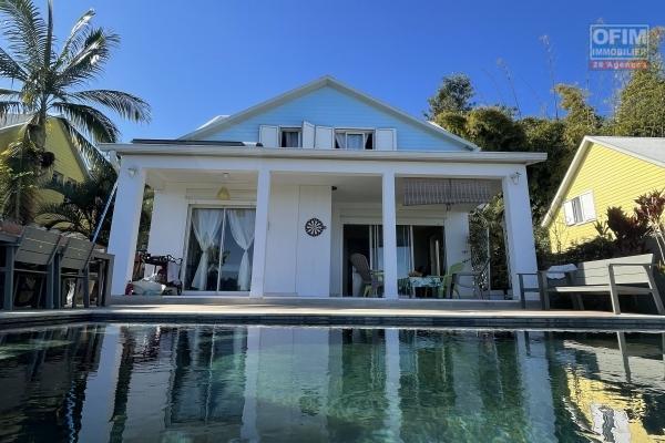 A vendre belle maison de type 4 à St-Paul avec piscine en quartzite et vue mer.