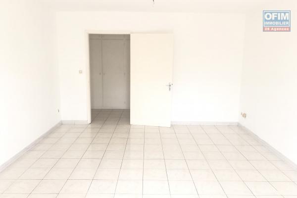 A louer très grand appartement T2 en plein centre-ville de Saint Denis avec terrasse et parking privé