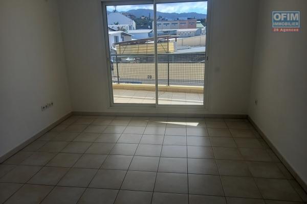 A louer un grand appartement T3 à Sainte Clotilde avec terrasse, balcon et parking privé dans la résidence Coquelicot II
