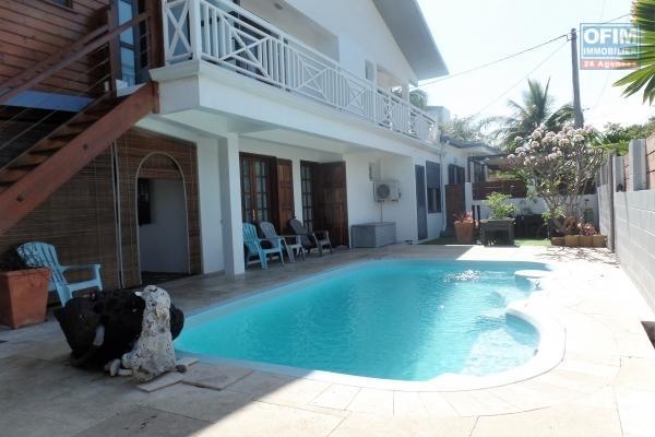 Belles maisons récentes T6 en R+1 et T3, de 285 m ² de surface habitable, implantées sur 397 m² de terrain avec piscine au sel chauffée à 50 m de l'océan.
