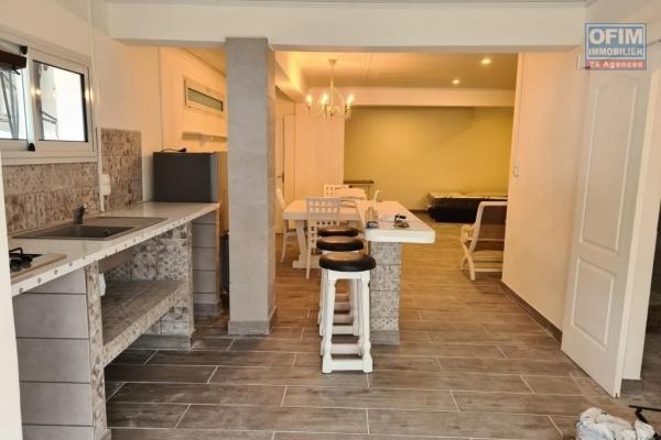 A louer magnifique et grand appartement neuf ( MEUBLE ) d'environ 59 m² ( eau et électricité compris) au centre ville du Tampon
