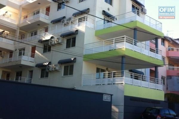 A louer cet appartement de type F2 en rez de jardin résidence les Cyprès à Sainte Clotilde.